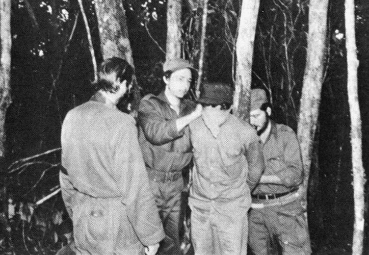 Fidel et Raul Castro jouent à colin maillard avec un ami.