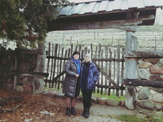 Avec Iveta Piese devant les vignes de Sabile