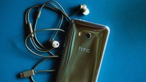 Le HTC U11 vu de l'arrière et ses écouteurs