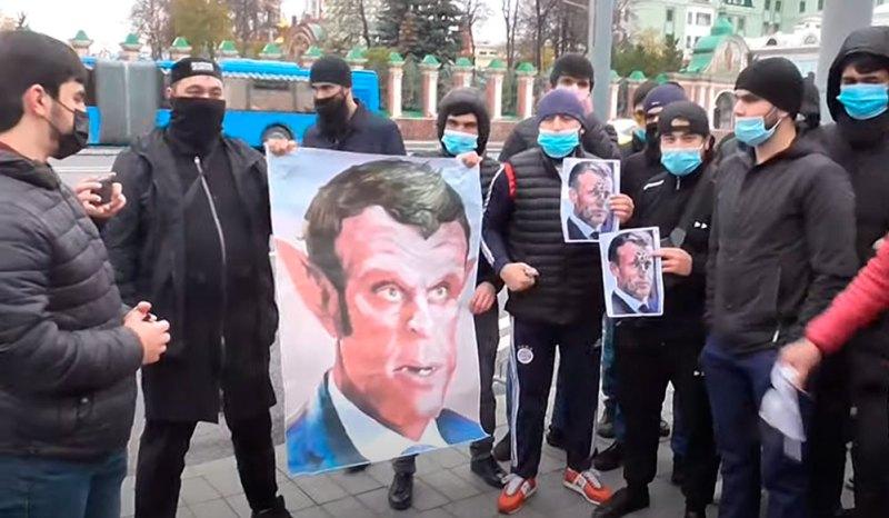 В Москве задержаны таджики при расклеивании листовок против Макрона