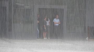 Son dakika... Meteoroloji uyarmıştı! Pendik'te araçlar mahsur kaldı, trafik durdu, okulu su bastı