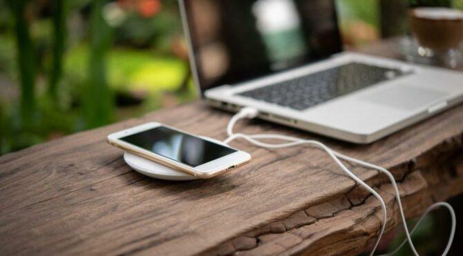 MacBook'lar, iPhone'ları kablosuz şarj edecek