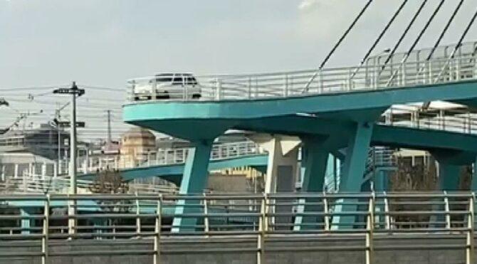 Yaya köprüsünden otomobille geçti