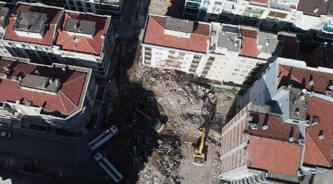Hasarlı binanın devrildiği apartmandakiler mağdur oldu