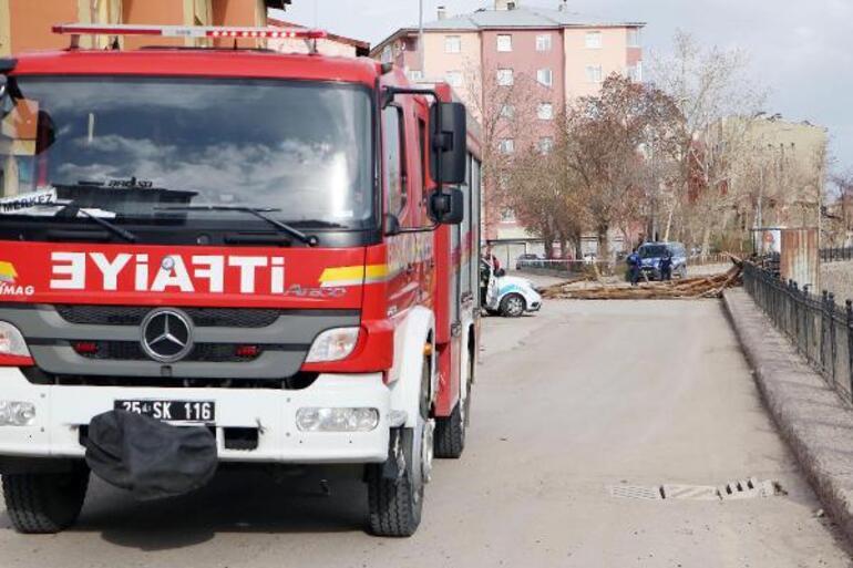 Erzurumda fırtına, 2 katlı evin çatısını uçurdu