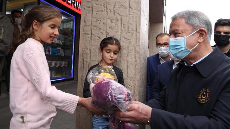 Bakan Akar'a Şırnak'ta yoğun ilgi...