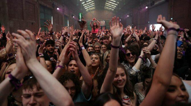 Dünya virüsle boğuşurken… İngilizler dans pistine döndü: Karantinadan sonra binlerce kişiden ilk parti