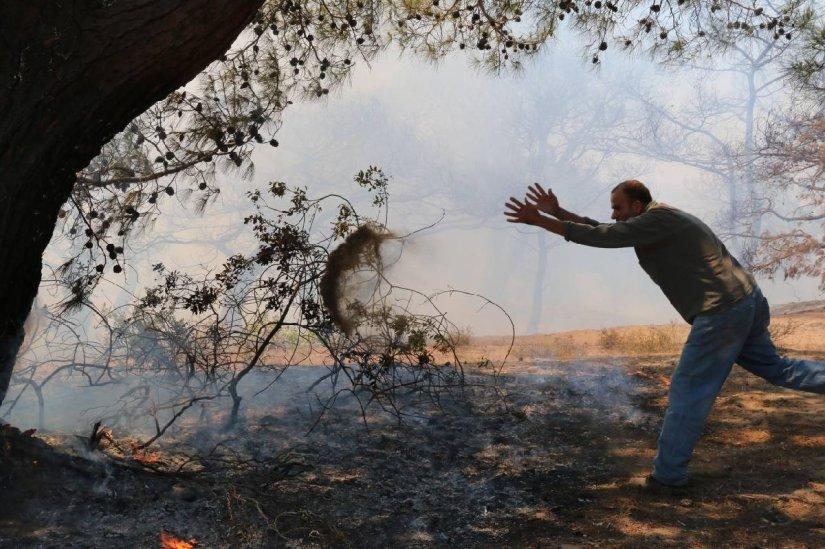 Antalya'daki orman yangınına helikopterle müdahale ediliyor
