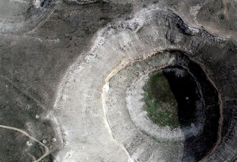 Görenler hayrete düştü Konyada 3 metre çapında 65 metre derinliğinde obruk oluştu
