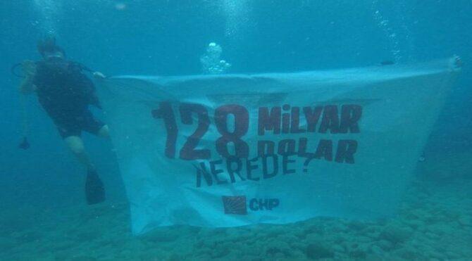 Marmaris'te denizin altında '128 milyar dolar nerede?' ve '10 bin dolar alan kim?' pankartı