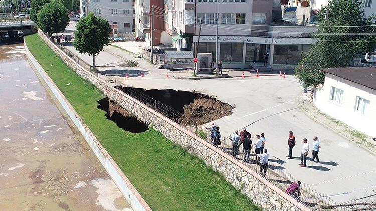 Bir günde çöktü, 22 metrelik çukur oluştu! Mahalleli şaşkın...