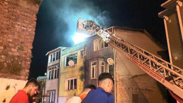 Fatih'te 4 katlı apartmanda yangın paniği! Çevre binalara da sıçradı