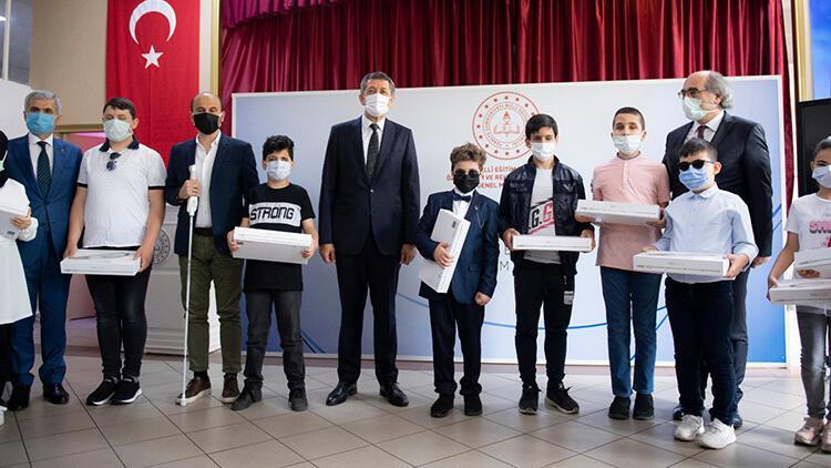 Milli Eğitim Bakanı Ziya Selçuk, görme yetersizliği olan öğrencilere akıllı baston dağıttı