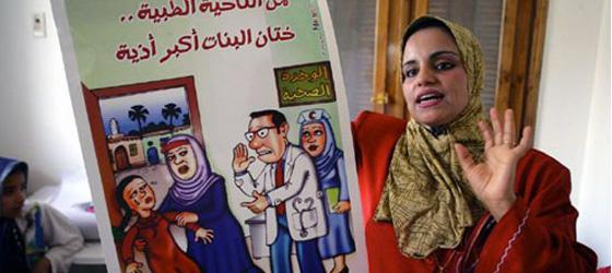 Mısır'da kadın sünnetine karşı bilinçlendirme kampanyaları yürüten bir kadın aktivist.