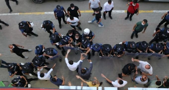 HDP önünde oturması için 5 bin TL teklif edildiğini iddia etti