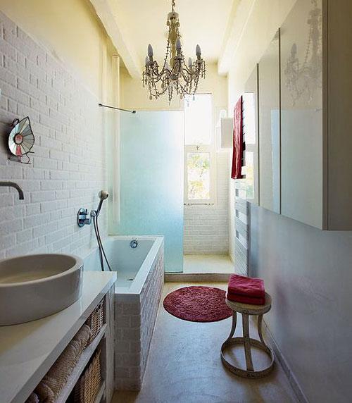 salle de bains tout en longueur