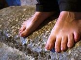 Pieds sur la pierre