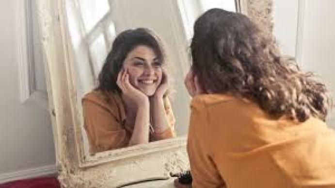 virtud de una mujer trabaja en su autoestima