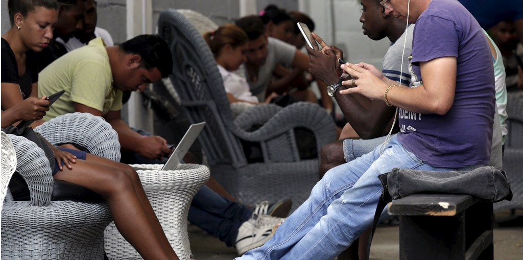 Personas conectadas al Wi-Fi en las zonas publicas de Cuba