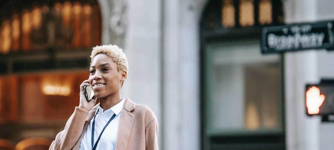 mujer-afro-llamando-cuba-celular-movil-llamada-internacional