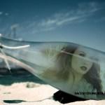 Fotomontaje de botella en la playa
