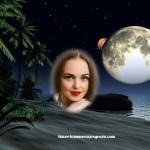 Fotomontaje con paisaje de playa, luna, y estrellas