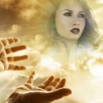 Fotomontaje de manos hacia el cielo