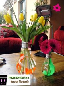 macetas de bombillas con flores