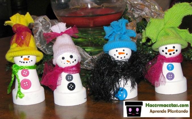 macetas de barro pequeñas decoradas con botones, cintas y sombreritos