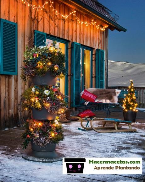 torre de macetas con adornos navideños semenjando la forma de una arbol de navidad perfecto para tu jardín o terraza