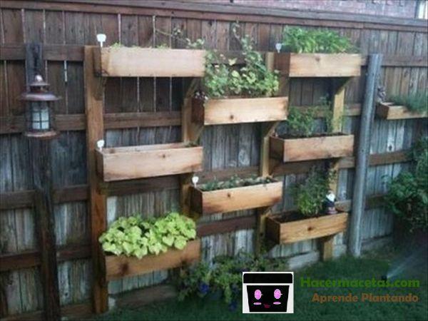 macetas de madera en la cerca