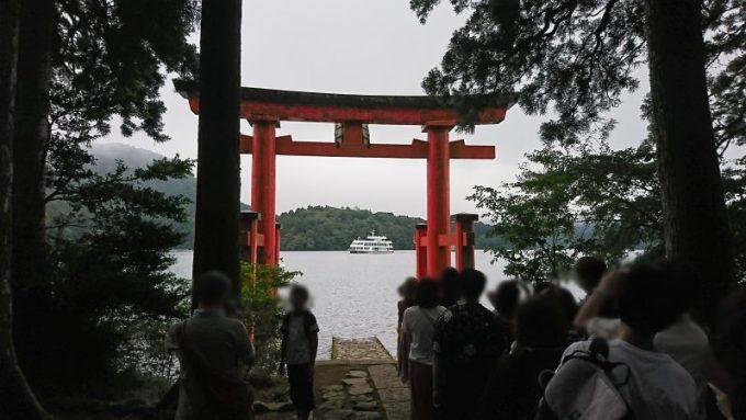 箱根神社の芦ノ湖に浮かぶ鳥居