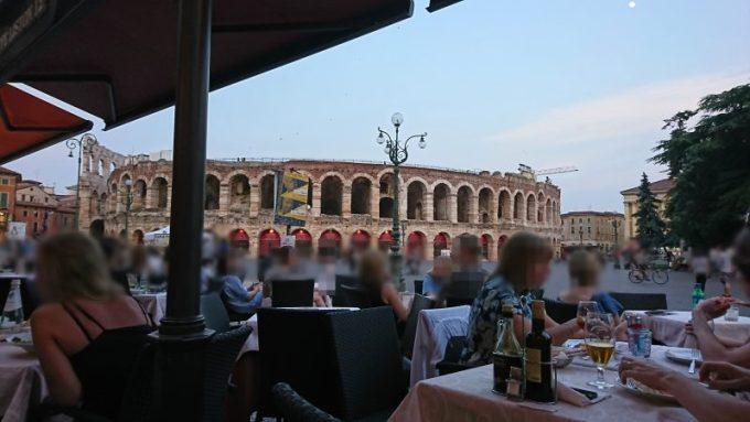 ヴェローナでアレーナが見えるブラ広場