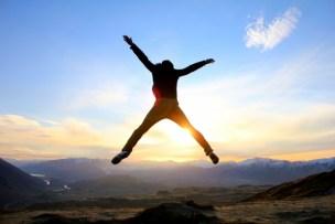 太陽に向かって飛び上がる人
