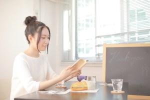 喫茶店で読書をする女性