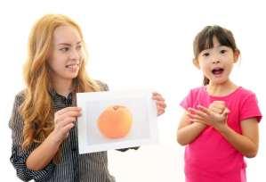 子供に英語を教える金髪女性