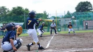 外で思い切り野球をする子供たち