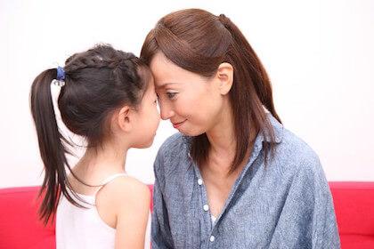 熱っぽい子供と熱をはかるママ