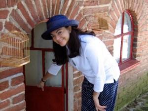 Encantadora casita de muñecas Hacienda Villejé con luz, gas, agua y enseres en miniatura.