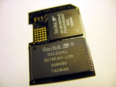 Upper IC: SD card controller (CC BY-SA 2.0 by Uwe Hermann)