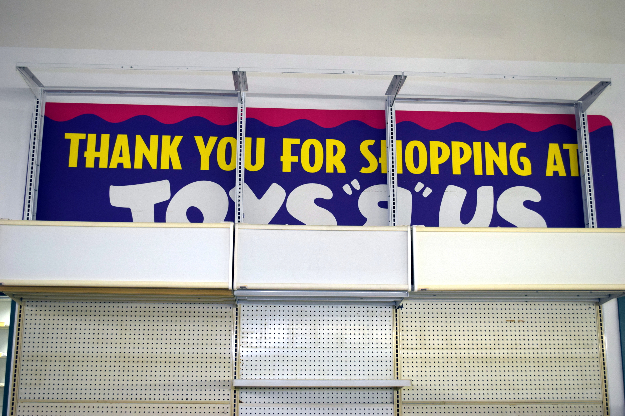 """Exploring An Abandoned Toys """"R"""" Us 