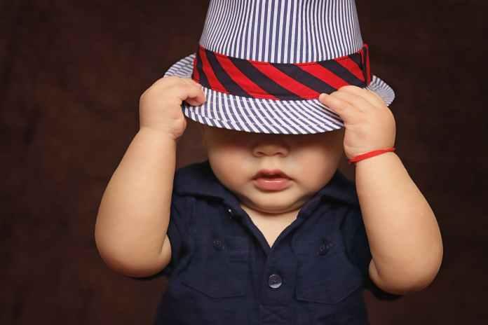 Baby med hat