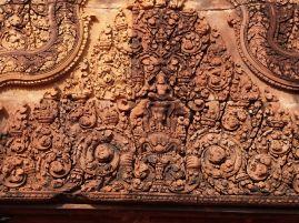 Ein Giebel mit Indra auf dem dreiköpfigen Elefanten