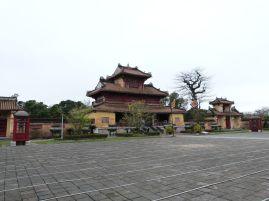 Neun dynastische Urnen im Hof des The-Tempels