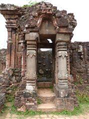 Steinerne Säulen rahmen die Türen