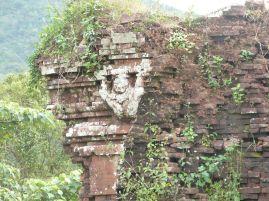 """""""Atlant"""" an einem weniger gut erhaltenen Tempel"""