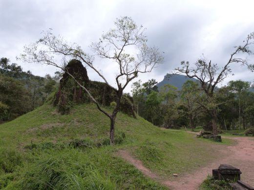Ein unausgegrabener Tempel - im Hintergrund der Heilige Berg, heute Katzenzahn-Berg genannt