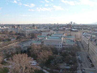 Das Parlament zeigt seine Tempelfront aus dieser Perspektive gar nicht, im Hintergrund die Zwillingsmuseen, Kunst- und Naturhistorisches Museum