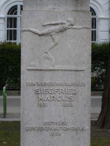 Schneidiger junger Herr auf Rad auf dem Marcus-Denkmal
