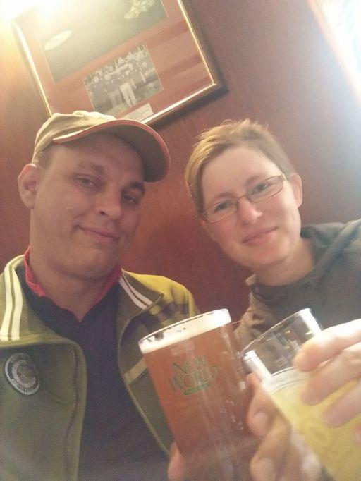 Geschafft! Anstoßen im Pub von Bowness-on-Solway